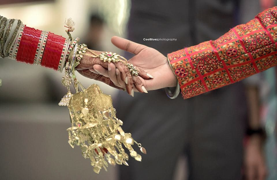 couples holding hands together:coolbluez photography