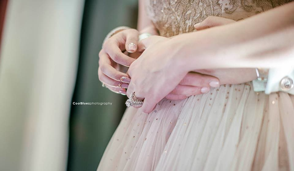 couple holding hands together:coolbluez photography